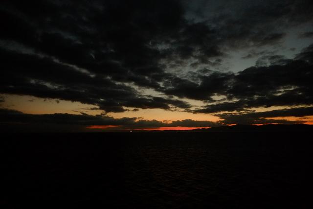 スローシャッターで夜の波を撮る