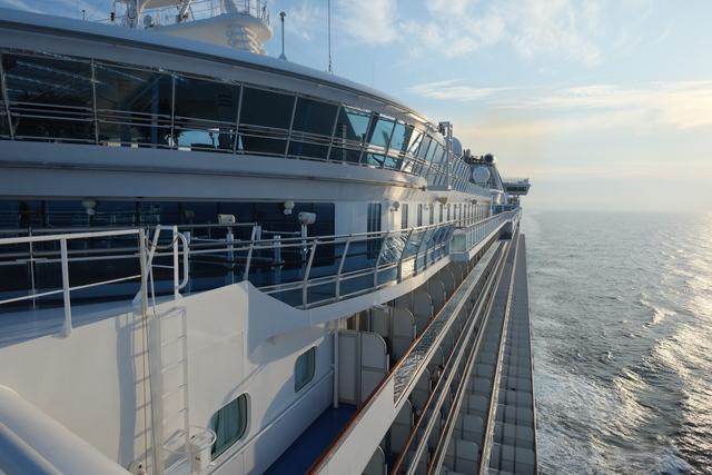 ダイヤモンドプリンセス号の船首から左舷を見ている写真。